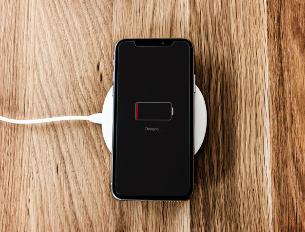 Charging a low battery smartphone Premium Psd