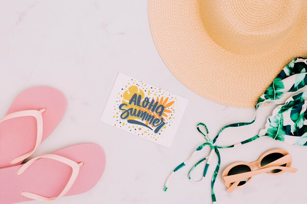 Flat lay paper card mockup with summer elements Free Psd