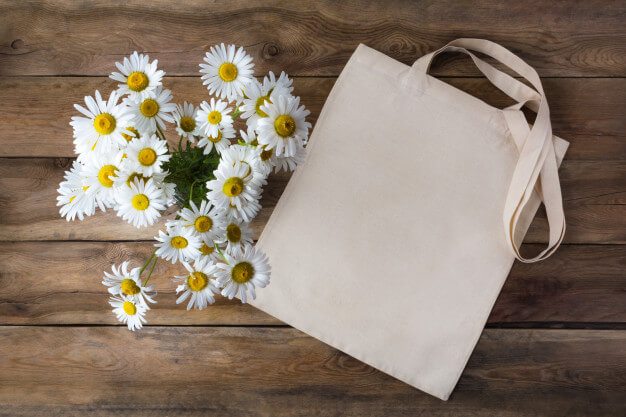 Rustic tote bag mockup with daisy Premium Photo