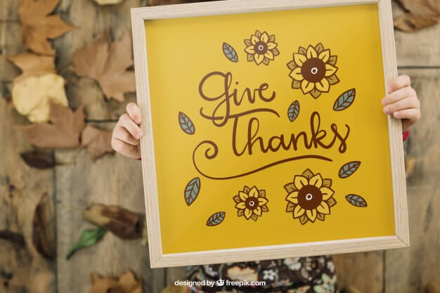 Thanksgiving mockup with kid holding frame Free Psd (1)