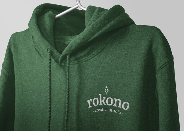 Close up embroidery logo of hoodie mockup isolated Premium Psd